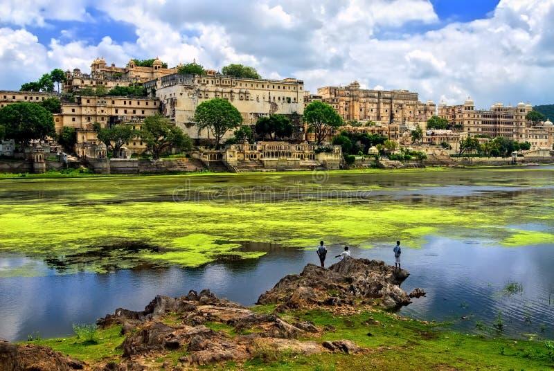 城市宫殿在上升在Pichola湖,拉贾斯坦, Indi的乌代浦 库存图片