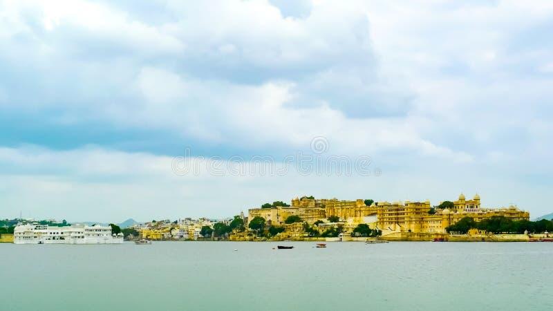 城市宫殿复合体和Taj湖宫殿 库存图片