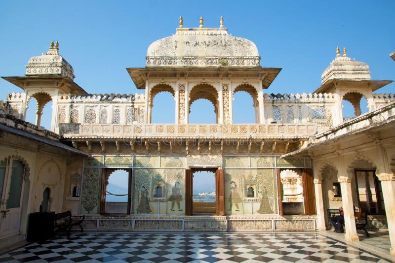 城市宫殿美丽的庭院在乌代浦,印度 免版税库存照片