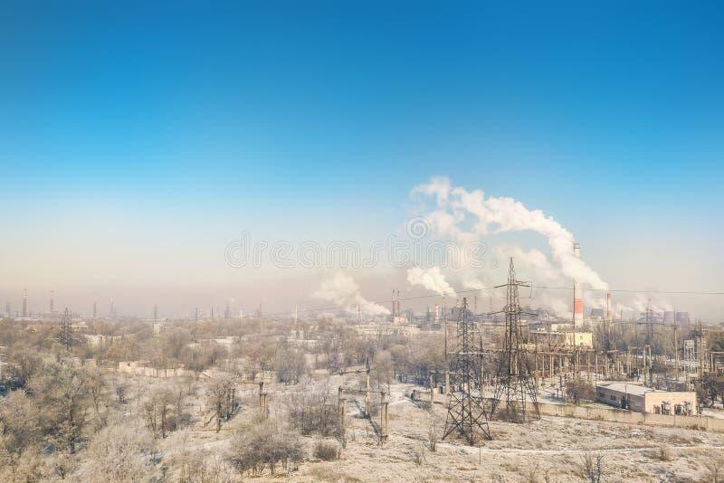 城市工业区全景与许多烟囱和管子的植物和工厂 环境污染概念 免版税库存图片