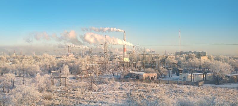 城市工业区全景与许多烟囱和管子的植物和工厂 环境污染概念 免版税库存照片