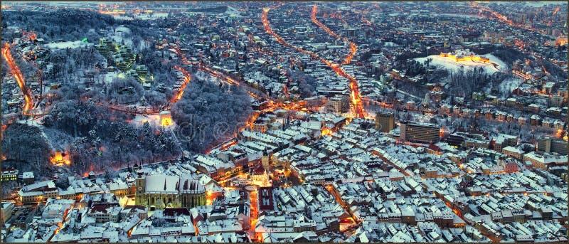 城市布拉索夫,特兰西瓦尼亚另一处夜风景在罗马尼亚有委员会从坦帕的正方形、黑人教会和城堡视图 免版税库存照片