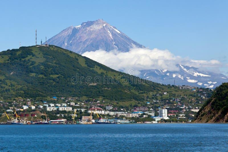 城市彼得罗巴甫洛斯克Kamchatsky, Avacha海湾和科里亚克火山火山看法  免版税库存照片