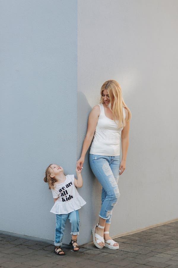 城市户外女儿母亲 演奏和获得乐趣 塑造获得愉快的母亲和儿童的女儿乐趣 免版税库存照片