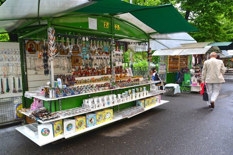 城市捷克karlovy共和国塔变化视图 在纪念品的街道贸易 库存照片