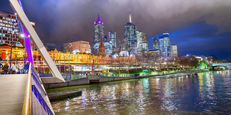 城市摩天大楼和亚拉河在从Southbank Footbri的晚上 免版税库存图片