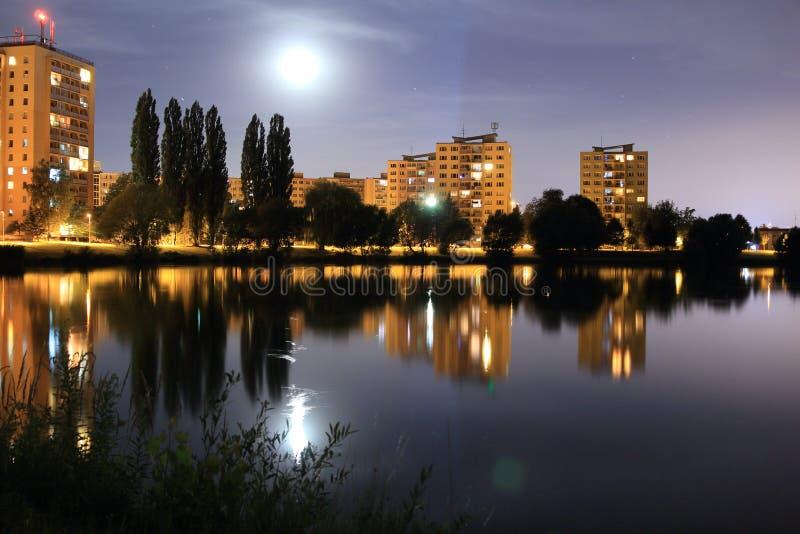 城市新月形晚上雨 库存图片