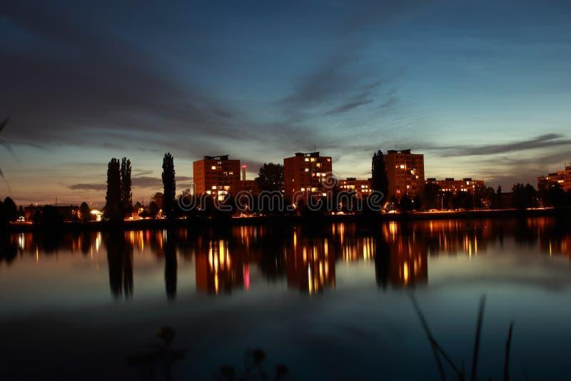 城市新月形晚上雨 免版税库存照片