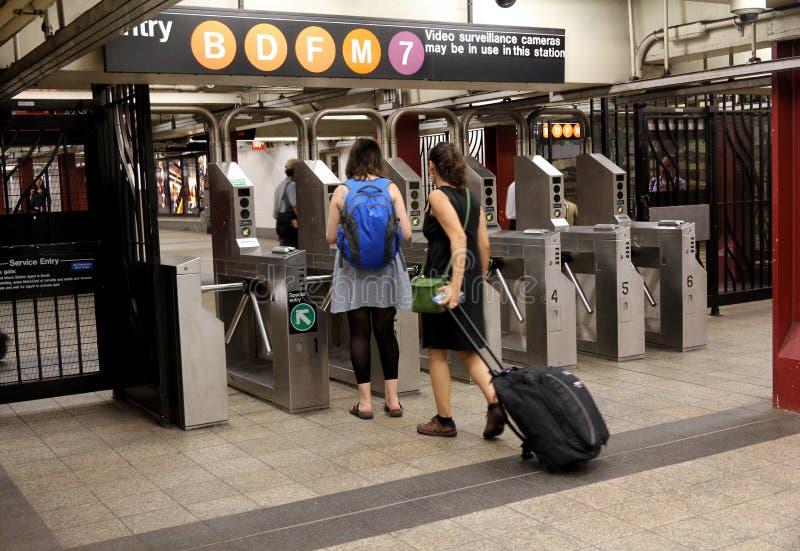 城市新的地铁旋转门约克 库存照片
