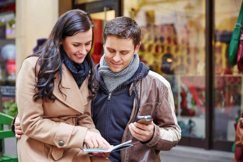 城市旅行的游人与地图 免版税库存照片