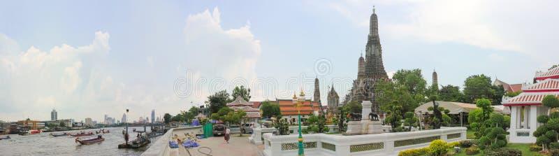 城市显示郑王寺,晓寺的曼谷的全景图象 免版税库存照片