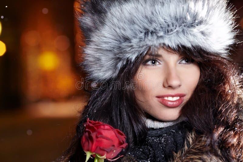 城市晚上玫瑰色妇女 库存图片