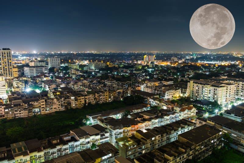 城市曼谷和大月亮 免版税库存图片