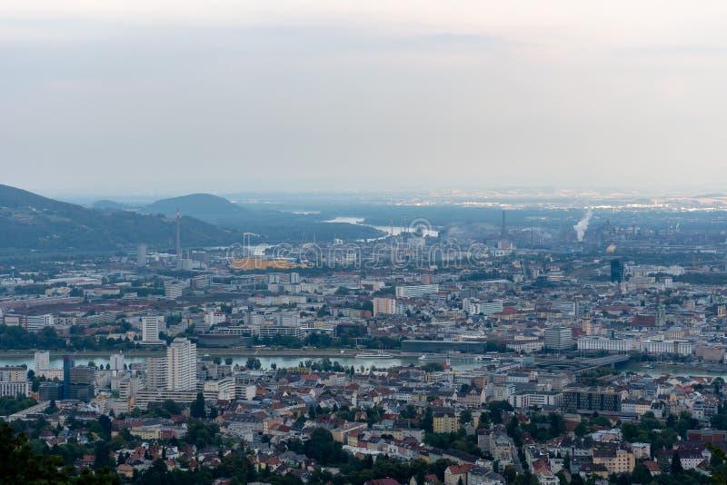 城市林茨的Arial视图从Poestlingberg的在林茨,奥地利-图象 图库摄影