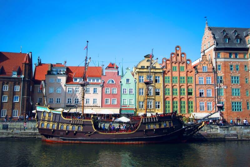 城市格但斯克老波兰城镇 五颜六色的欧洲房子和船在Motlawa河的,格但斯克,波兰港口 免版税图库摄影