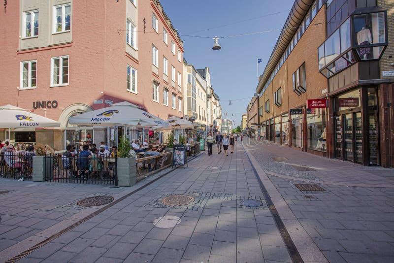 城市步行街道美丽的景色有室外餐馆和smal精品店的 免版税库存图片