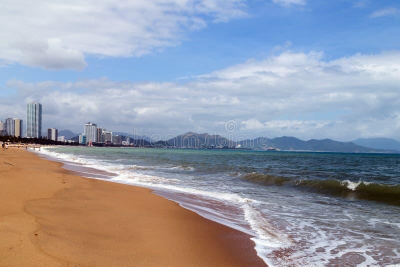 城市沙子海滩胜地区中国南方的芽庄市海湾 免版税图库摄影
