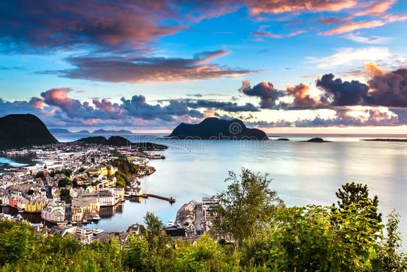 城市海景有Alesund中心、海岛和大西洋鸟瞰图华美的日落的 库存照片