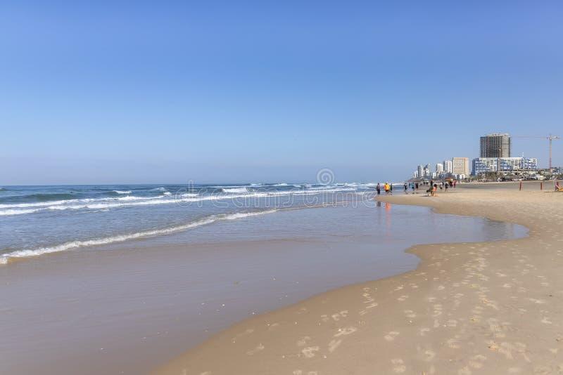 城市海滩 在海岸脚印的波浪在沙子 钓鱼地中海净海运金枪鱼的偏差 库存照片