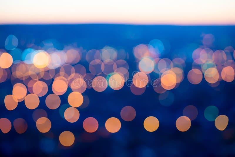 城市点燃在蓝色背景的大抽象圆bokeh 库存照片