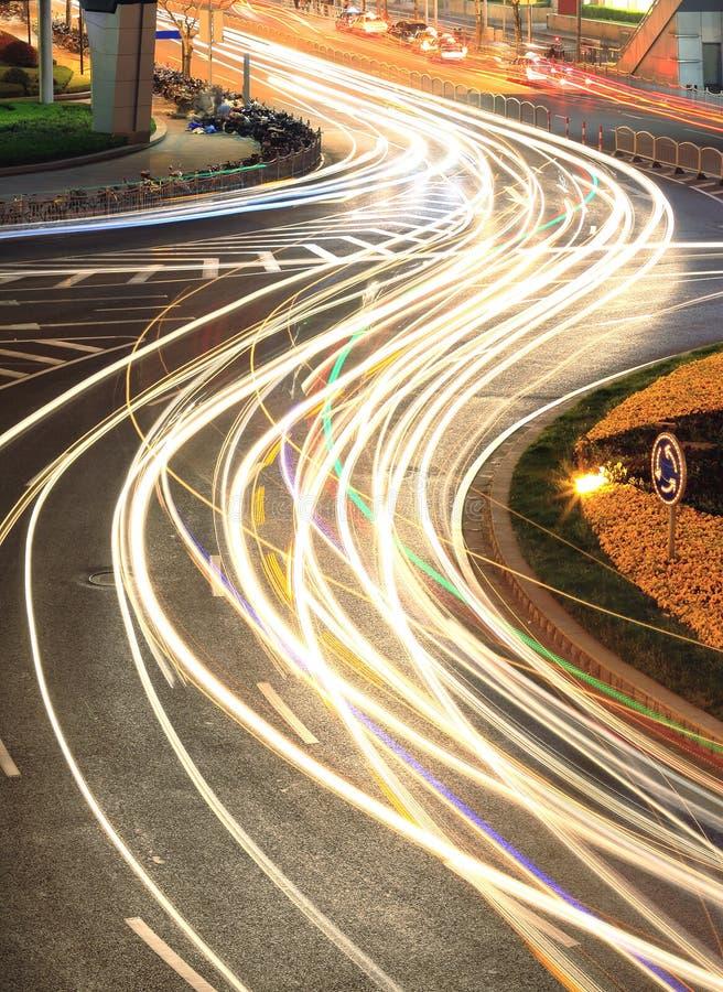 城市环行路光在上海落后晚上 库存照片