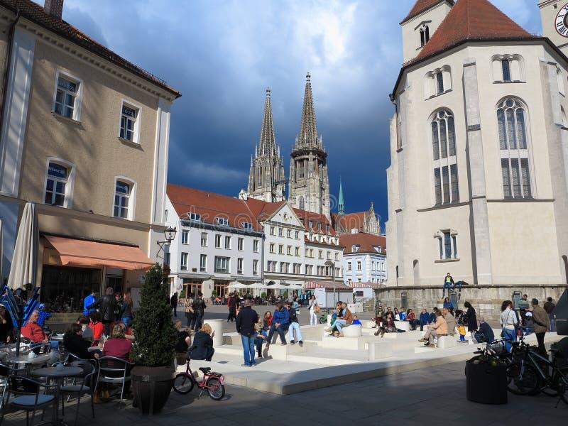 城市生活在古镇正方形的雷根斯堡 库存图片