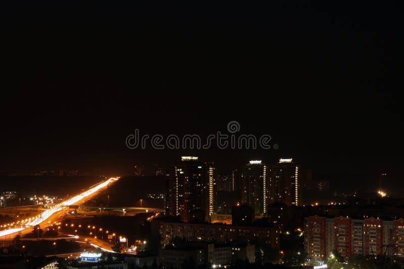 城市的一幅抽象全景在晚上 库存图片