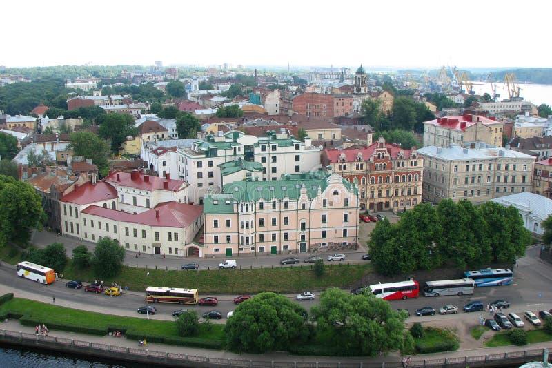 城市的全景有美丽的房子的有从奥拉夫塔,维堡,俄罗斯的多彩多姿的屋顶的  顶视图 库存照片