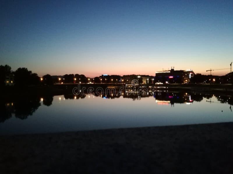 城市的反射在水中 库存照片