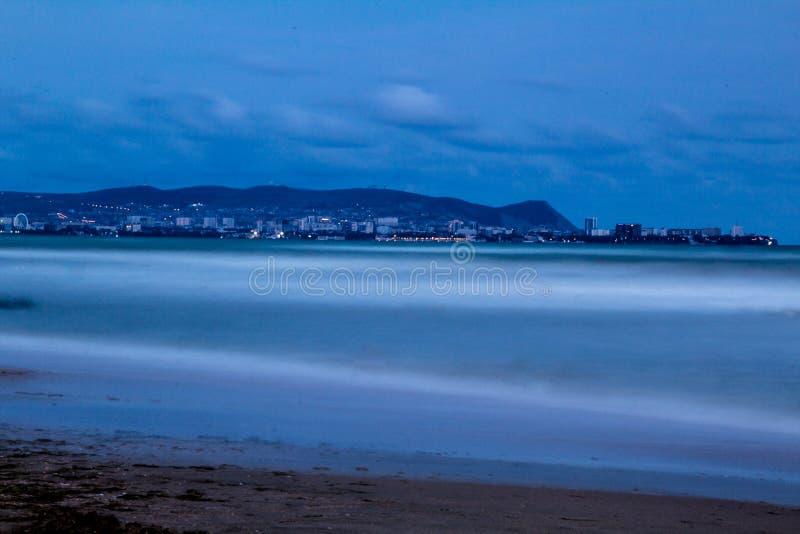 城市的夜光海岸的 库存图片