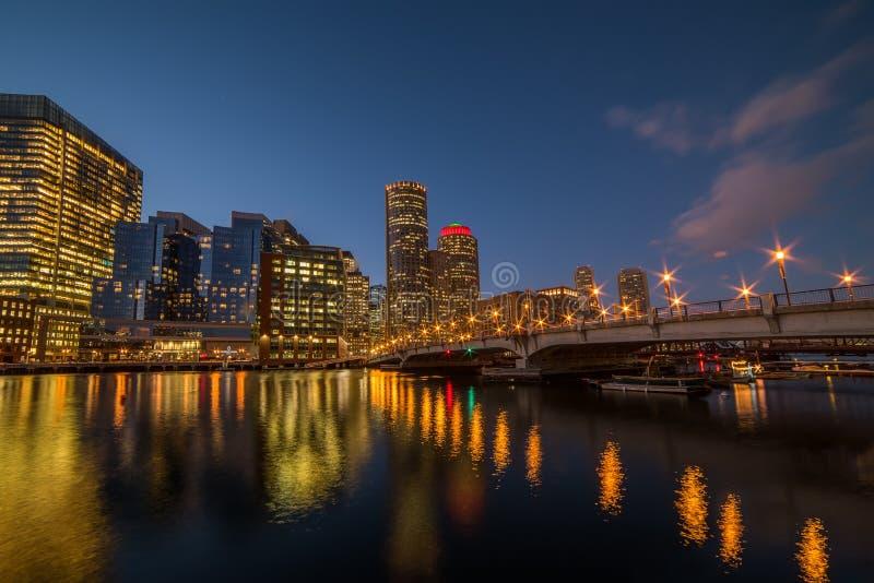 城市的夜视图,光的摩天大楼 库存照片