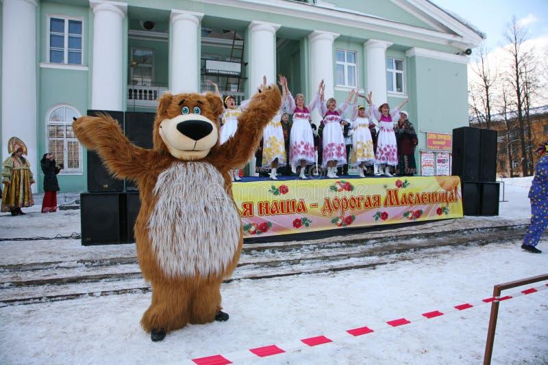 城市的文化房子的演员设计卡通者metallostroy在快活的熊的服装招待孩子和成人 免版税库存图片