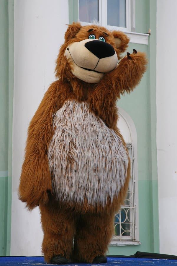 城市的文化房子的演员设计卡通者metallostroy在快活的熊的服装招待孩子和成人 图库摄影