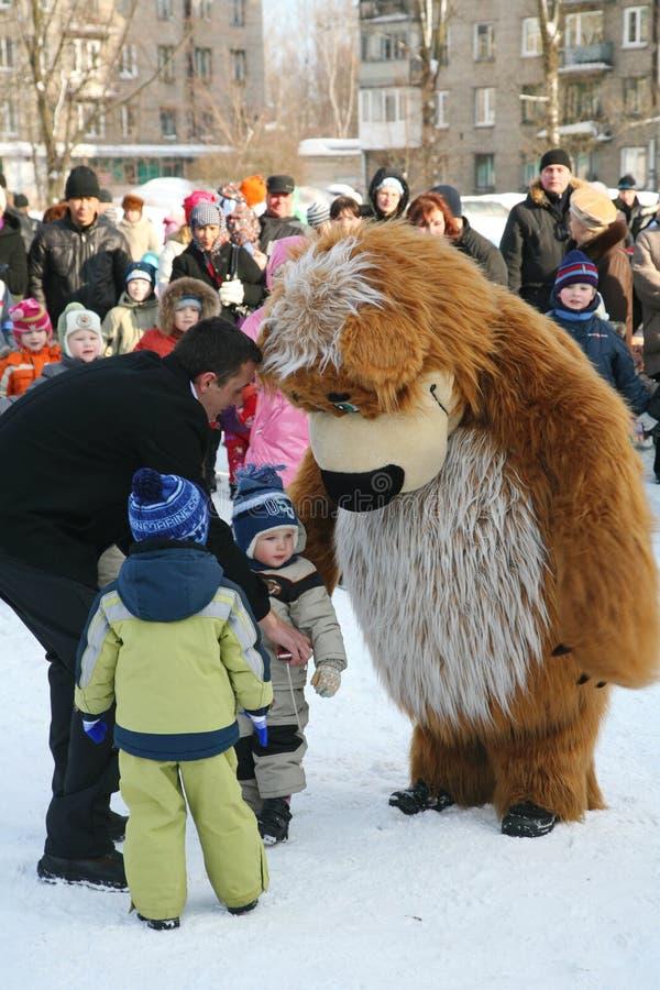 城市的文化房子的演员设计卡通者metallostroy在快活的熊的服装招待孩子和成人 免版税库存照片
