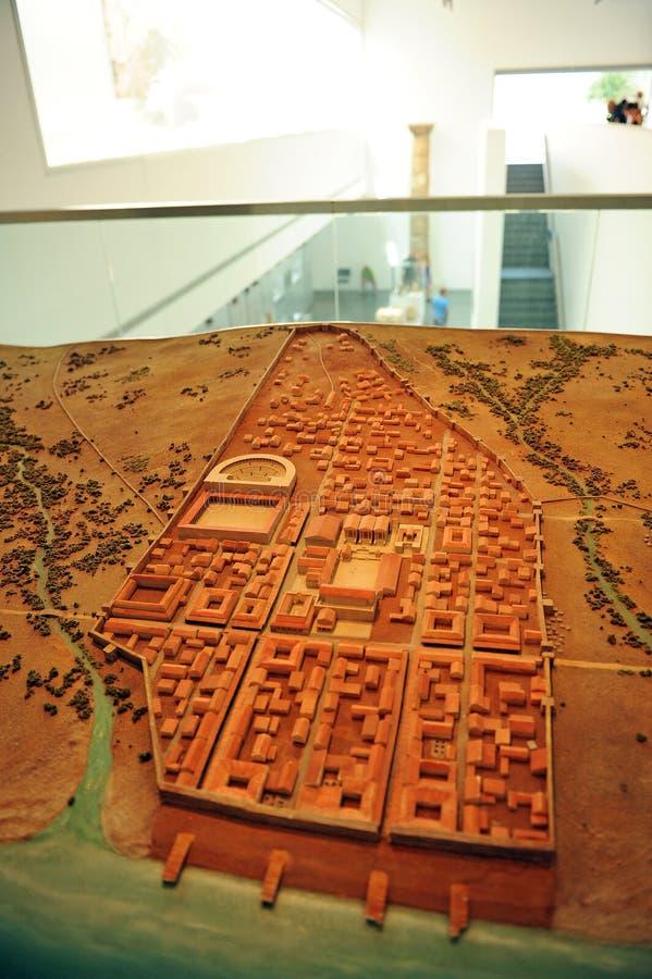 城市的比例模型在Baelo克劳迪亚访客中心里面的在塔里法角, CÃ ¡ diz,西班牙省  库存照片