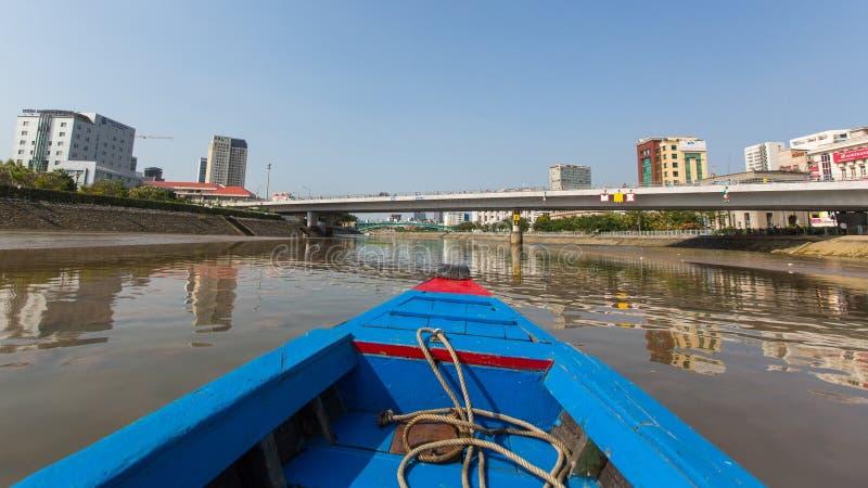 城市的看法从小船的 库存图片
