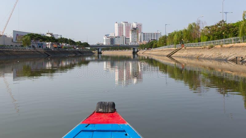 城市的看法从小船的 库存照片