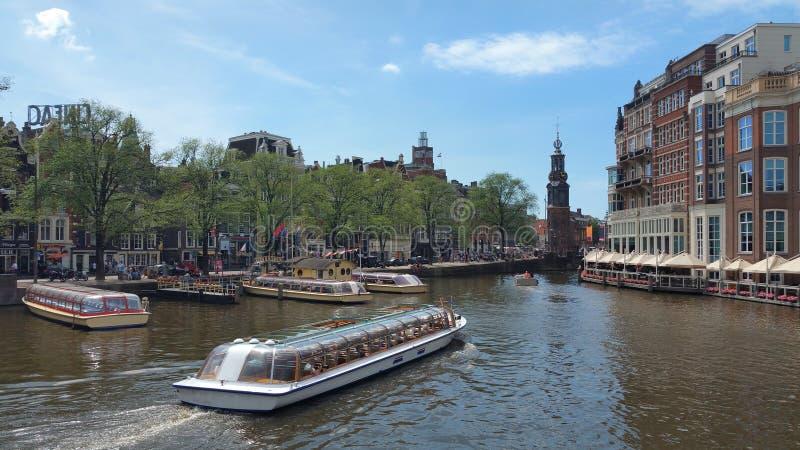 城市的美丽的景色有小船的在水在一个晴天 免版税库存照片