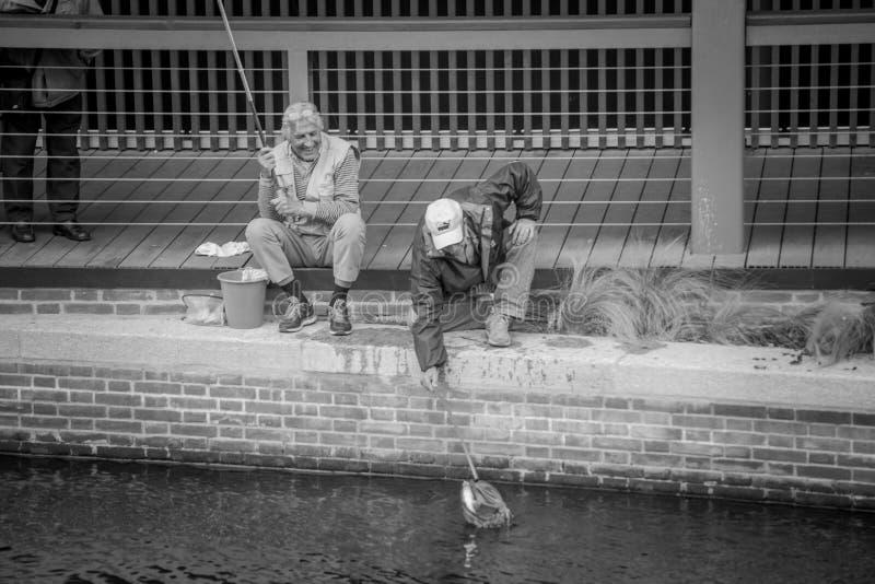 城市的老渔夫 免版税库存图片