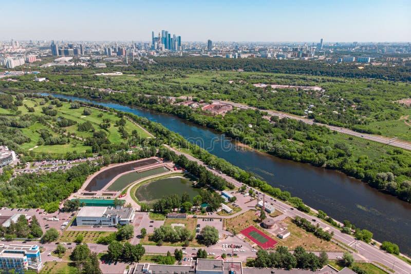 城市的鸟瞰图从交叉点和路、房子、大厦、公园和停车场,桥梁的 射击从 免版税库存照片