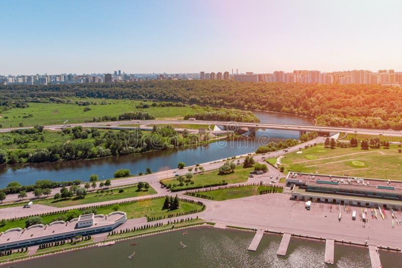 城市的鸟瞰图从交叉点和路、房子、大厦、公园和停车场,桥梁的 射击从 库存照片