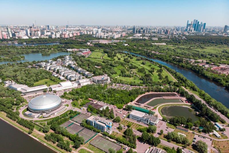 城市的鸟瞰图从交叉点和路、房子、大厦、公园和停车场,桥梁的 射击从 库存图片