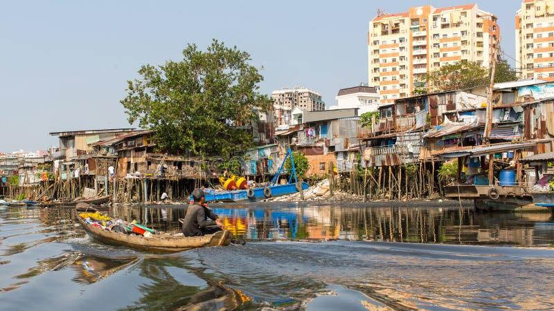 城市的贫民窟的看法从小船的 免版税库存图片