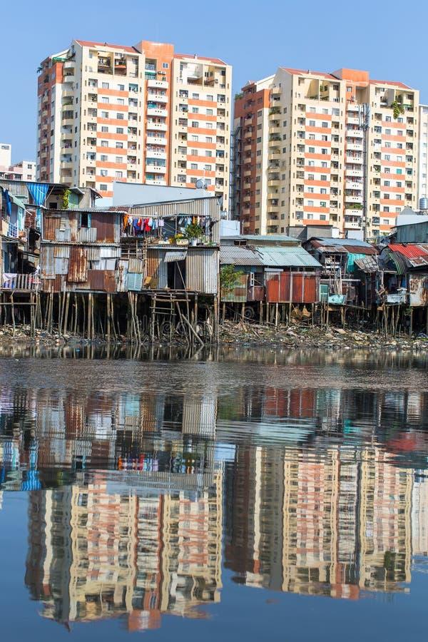 城市的贫民窟的看法从河的 免版税库存照片
