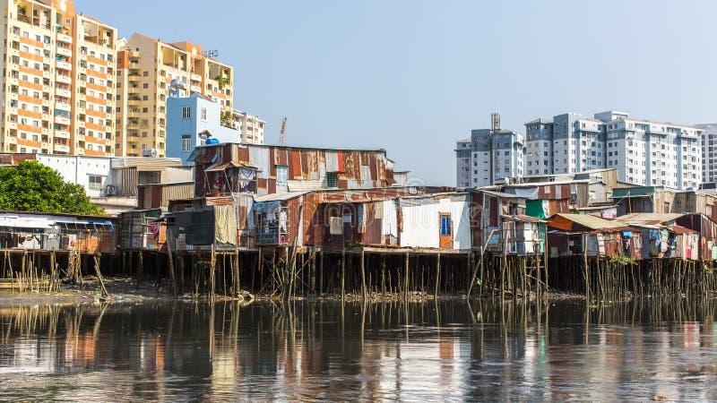 城市的贫民窟的看法从河的 图库摄影