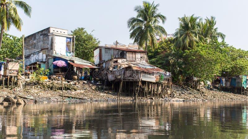 城市的贫民窟的看法从河的 库存图片