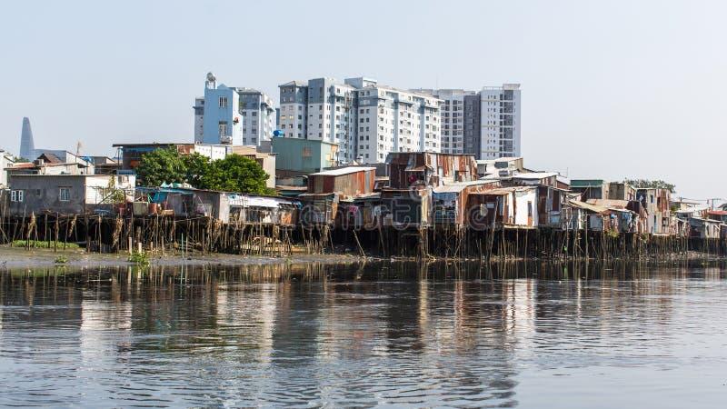 城市的贫民窟的看法从河的 免版税图库摄影