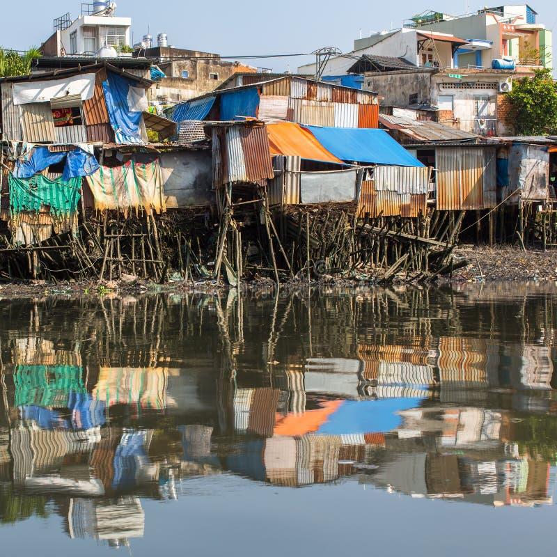 城市的从西贡河的贫民窟视图 免版税库存图片