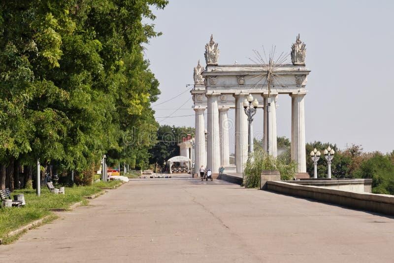城市的主要门的看法中央散步的 免版税图库摄影