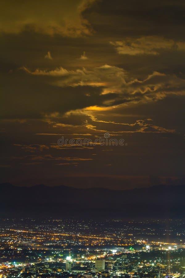 城市看法在与云彩和月光的晚上 库存照片